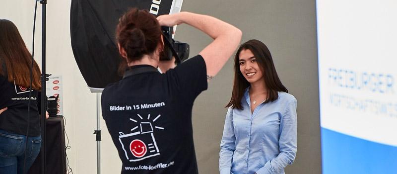 Der Karrieretag Freiburg bietet im Rahmenprogramm den Besuchern die Möglichkeit kostenlose Bewerbungsbilder zu schießen