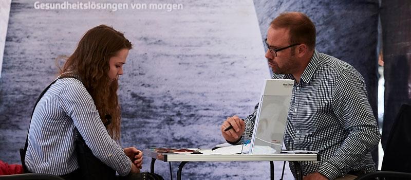 Neben der Karrieremesse finden die Besucher auf dem Karrieretag Freiburg vom Contact&Connect e.V. ein spannendes Rahmenprogramm mit einem kostenlosesn Bewerbungsmappencheck, CV-Check